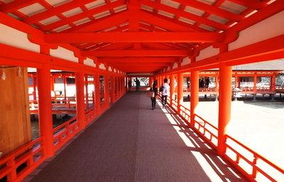 厳島神社は平安建築の美の極致。日本三景に数えられる景観と周辺スポットを歩く旅