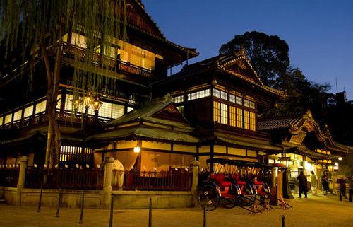 道後温泉、風情溢れる日本三古湯の名湯で、湯かごを片手に街を巡る愛媛旅