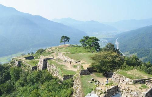 天空の絶景で名高い竹田城と生野銀山をさらに深く知る旅へ。全国屈指の遺構と埋蔵金伝承
