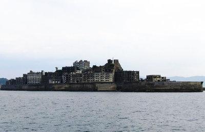 長崎・軍艦島、廃墟となった炭坑跡や日本最古の高層アパート群を目にする上陸ツアーへ