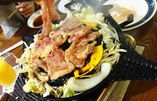 サッポロビール園で味わうジンギスカンが極旨!鍋から滴る旨み脂がラムと野菜をグイグイ旨くする