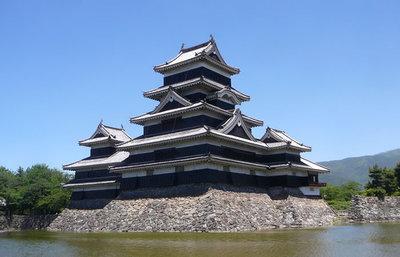 日本最古の五重天守を持つ松本城、北アルプスを背景に400年超の時を刻む天守の秘話を知る旅