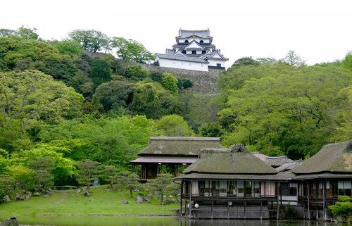 天下の堅城・彦根城、井伊家の居城で国宝天守に触れ、時代劇でもお馴染みの玄宮園を巡る旅
