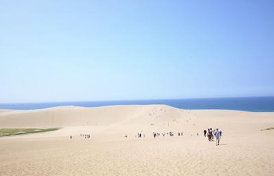 壮大な景観の鳥取砂丘、自然が造った造形美と砂丘ならではのサンドスポーツに触れる旅