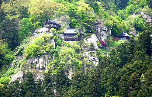 山形の名刹・山寺へ。岩峰が聳える山壁に建つ名勝で、圧倒されるほどの絶景に触れる旅