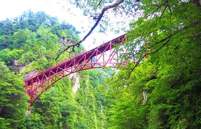 大渓谷を走る黒部峡谷鉄道、秘境の地の絶景スポットと山奥の秘湯温泉を体験する鉄道旅