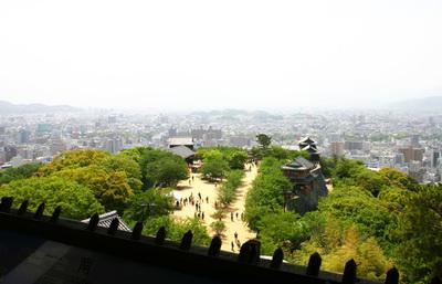 日本最後の本格城郭建築とされる松山城、日本三大平山城の見所を知り松山城下の魅力に浸る旅