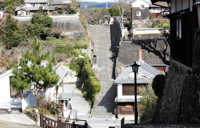 杵築の城下町、知る人ぞ知る美しいロケ地で石畳の坂と海景色、藩政時代の風情に浸る旅