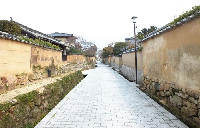 土壁が続く長府の古江小路