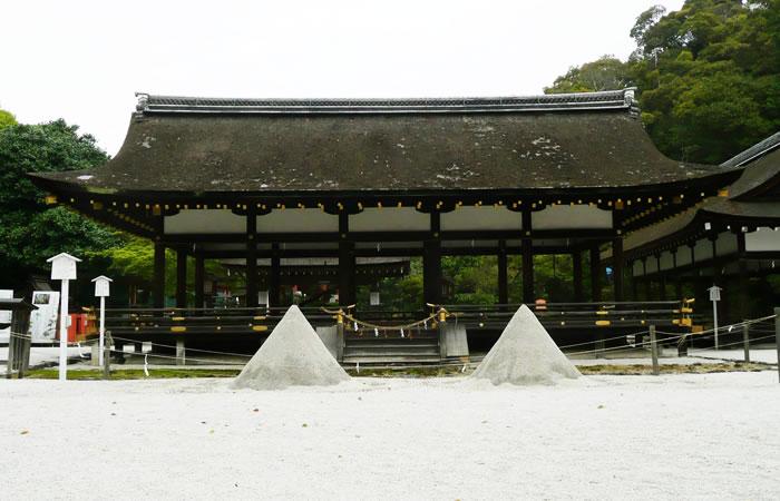 上賀茂神社の細殿前に円錐形に整えられた立砂