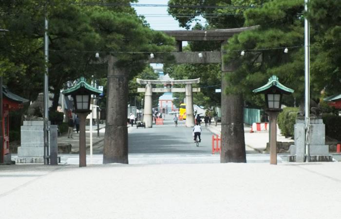 社殿から箱崎浜へ延びる長大な参道