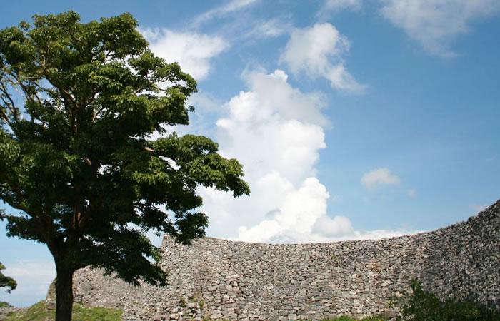 美しい曲線を描く今帰仁城の石垣
