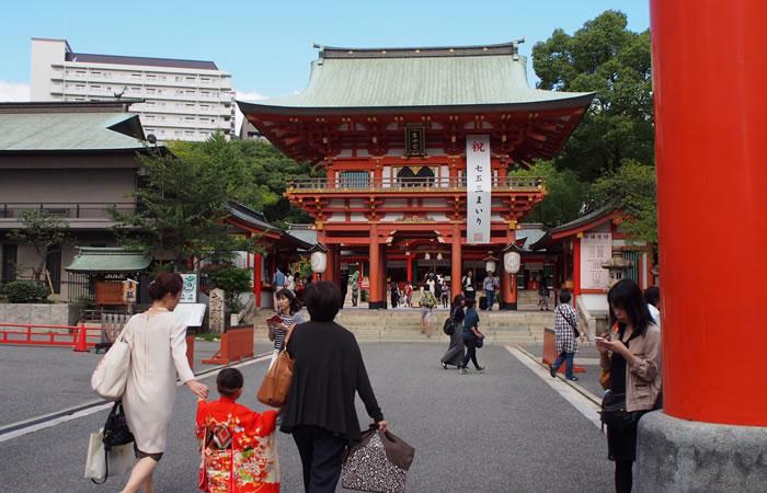 生田神社を訪れる地元の人々
