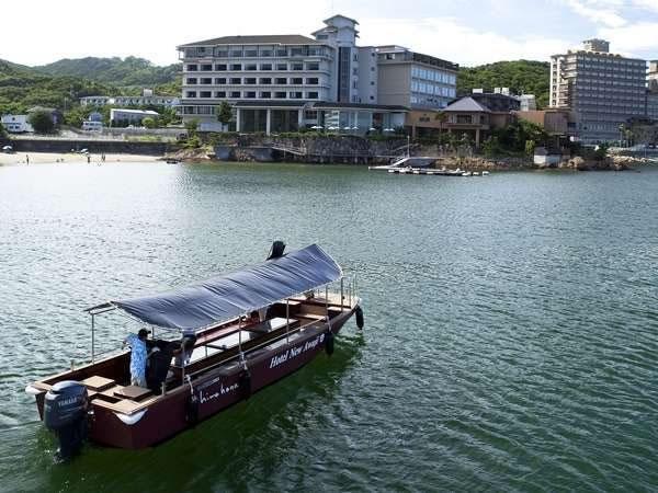 グラスボートで海を渡る風景