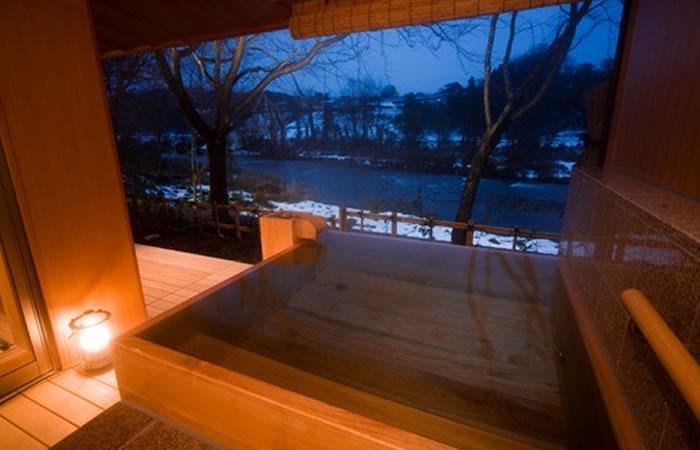 滝亭の客室露天風呂例