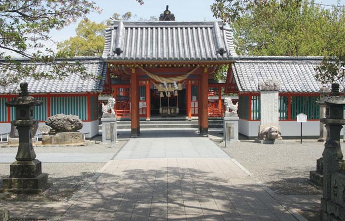 八代神社の境内