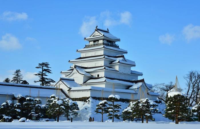 雪景色が美しい会津若松城の天守