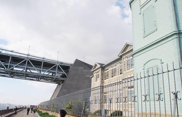 移情閣の裏には明石海峡大橋
