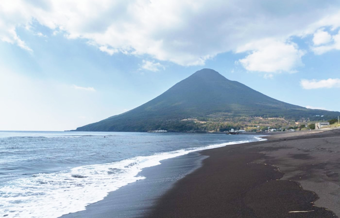 海上に突出し、薩摩富士とも呼ばれる開聞岳