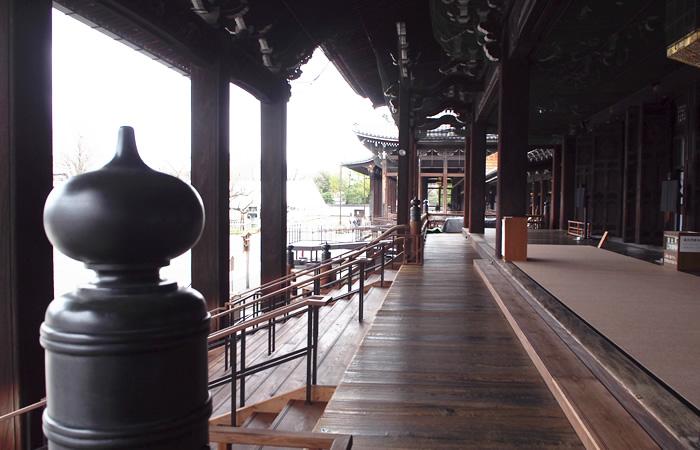 建物の大きさがわかる西本願寺の風景