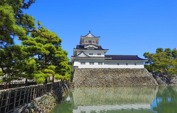 水濠に美しい姿を映す富山城