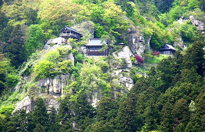 山壁に展開する立石寺(山寺)の堂宇群