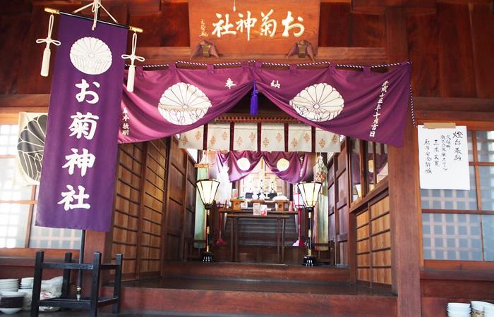 お菊神社の社殿内にて