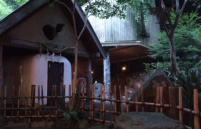 野天風呂の端にある蒸し風呂(サウナ)