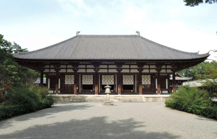 正面から望む唐招提寺の金堂